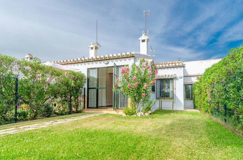 Great townhouse with private garden walking distance to the beach. 210.000€